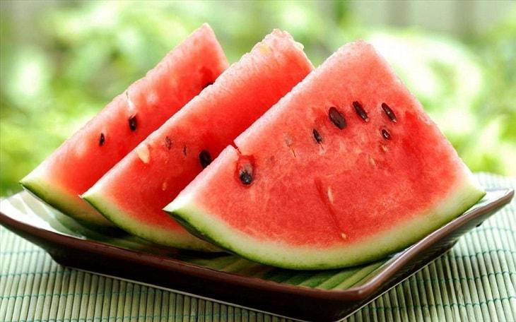 Đau đầu buồn nôn nên ăn gì? - Dưa hấu là loại quả có chứa hàm lượng nước cao và nhiều khoáng chất