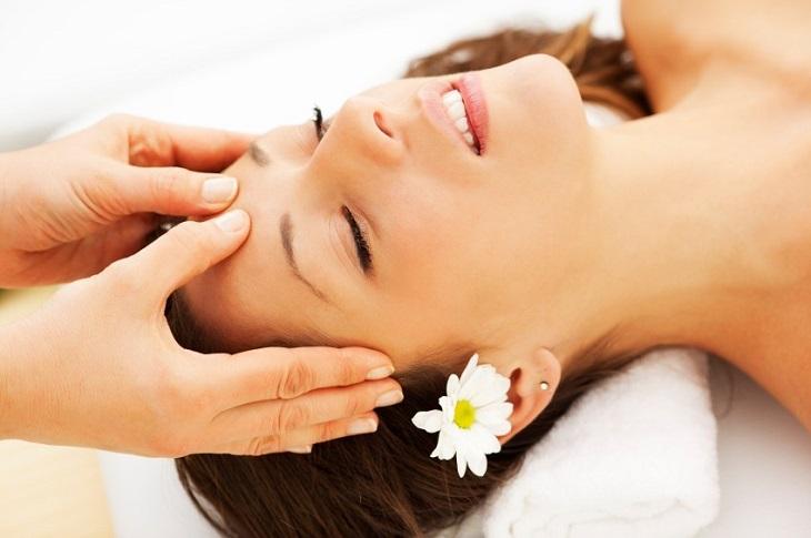 Massage đầu có thể giúp tình trạng đau đầu khi thức dậy được cải thiện đáng kể
