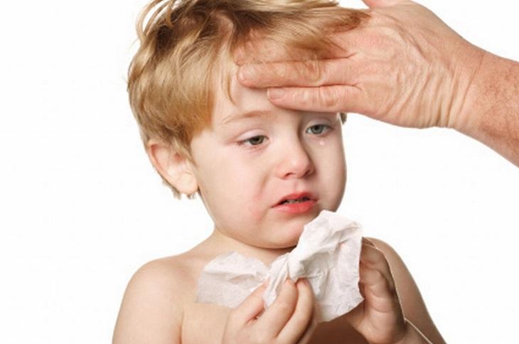 Khi bị đau đầu, trẻ có thể quấy khóc hoặc hoảng loạn