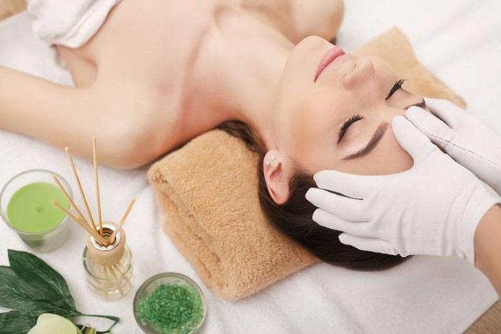 Sử dụng tinh dầu massage là một trong những cách giúp giảm đau đầu hiệu quả