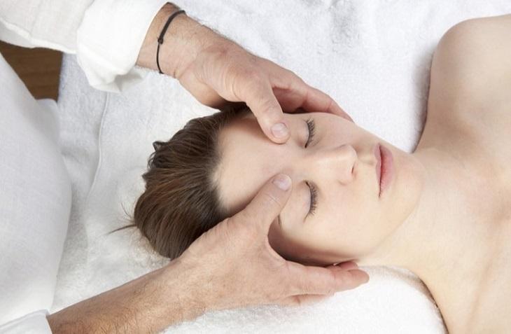 Massage là một trong những cách hiệu quả giúp giảm đau đầu và căng mỏi mắt nhanh chóng
