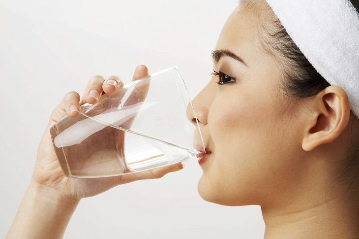 Súc miệng bằng nước muối hàng ngày để làm sạch và tránh rát họng