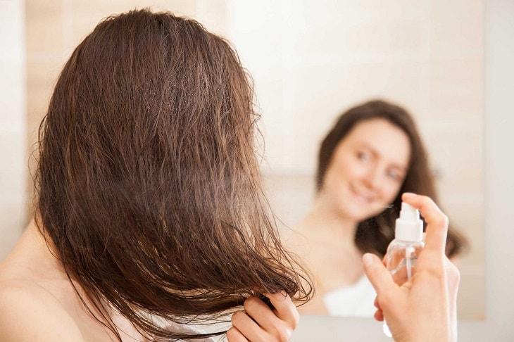 Thư giãn và dùng sản phẩm chăm sóc tóc phù hợp giúp giảm rụng tóc