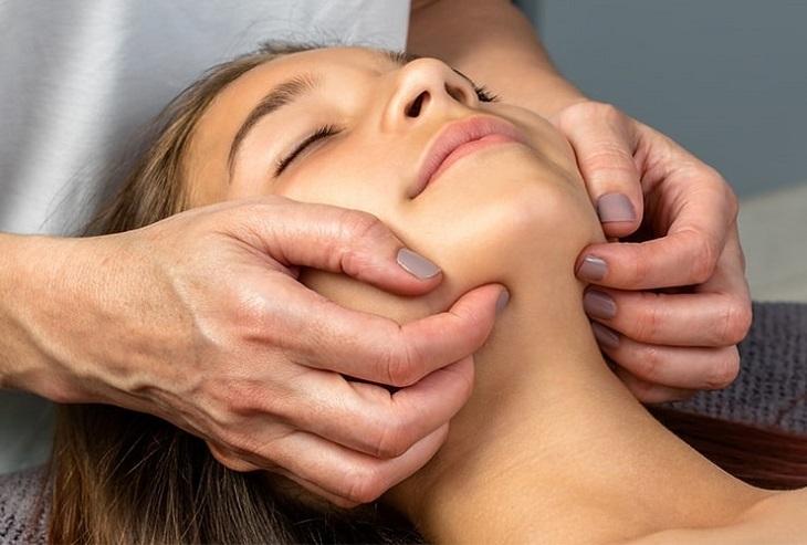 Massage là một trong những phương pháp điều trị rối loạn khớp thái dương hiệu quả