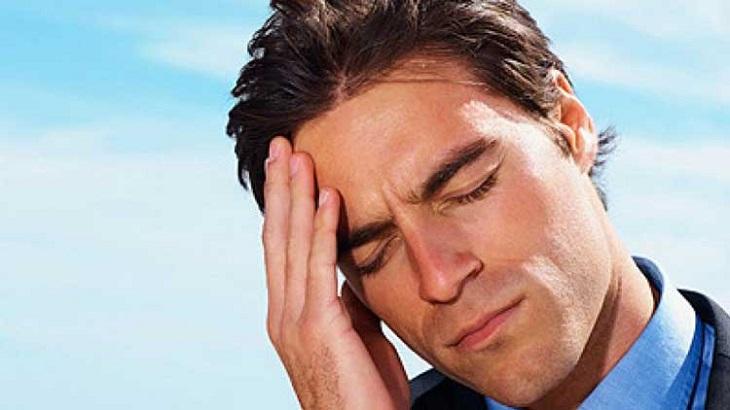 Đau đầu căng thẳng xuất hiện tình trạng đau đầu từ sau hốc mắt, lan sang trán và phía sau đầu và càng trở nên dữ dội vào cuối ngày