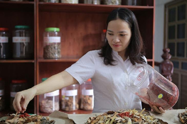 Lương y Nguyễn Thị Hiền nổi tiếng với các bài thuốc chữa bệnh trĩ