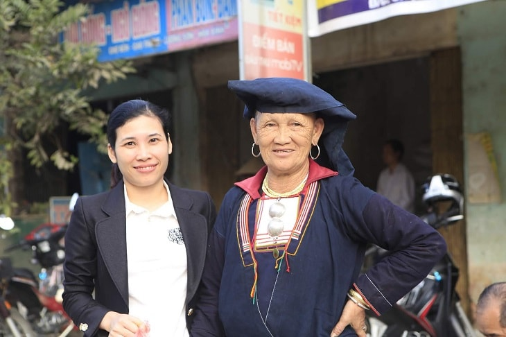 Lương y Nguyễn Thị Nghê (bên trái) nổi tiếng với bài thuốc nam trị tiểu đường