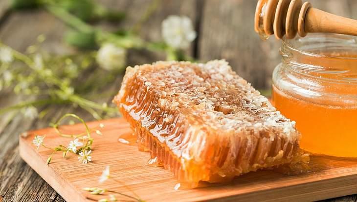 Người bệnh có thể chữa đau nhức xương khớp bằng mật ong