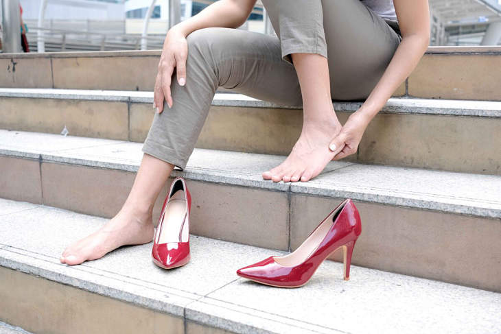 Mang giày cao gót thường xuyên là nguyên nhân gây đau nhức xương khớp chân