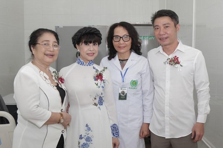 NSND Công Lý cùng dàn nghệ sĩ cùng tham dự sự kiện khai trương Bệnh viện Quân dân 102