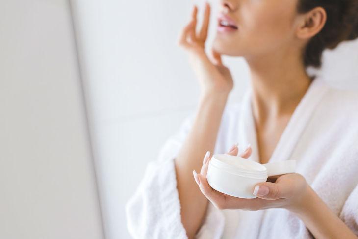 Kết hợp thoa kem dưỡng để cung cấp đủ độ ẩm cho da