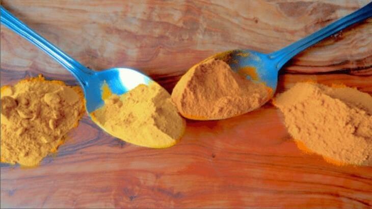 Tinh bột nghệ bị mốc do để quá lâu thường ngả màu vàng sậm hoặc có nhiều đốm đen