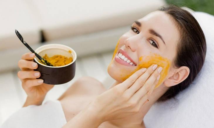 Tinh nghệ dùng để đắp mặt vừa đẹp da vừa làm giảm mụn và thâm sạm