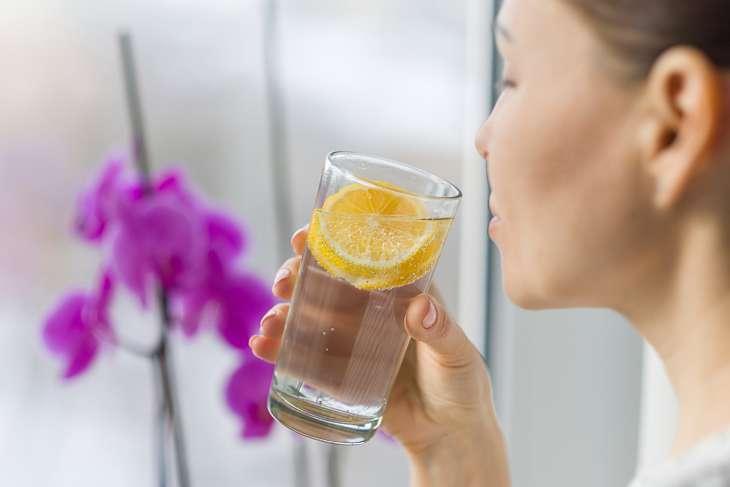 Người bị vảy phấn hồng nên uống nhiều nước mỗi ngày