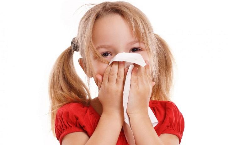 Khi bị viêm xoang, trẻ có triệu chứng ngạt mũi, sổ mũi