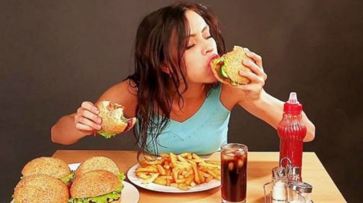 Đồ ăn nhanh là một trong những nguyên nhân gây ra tình trạng ợ chua