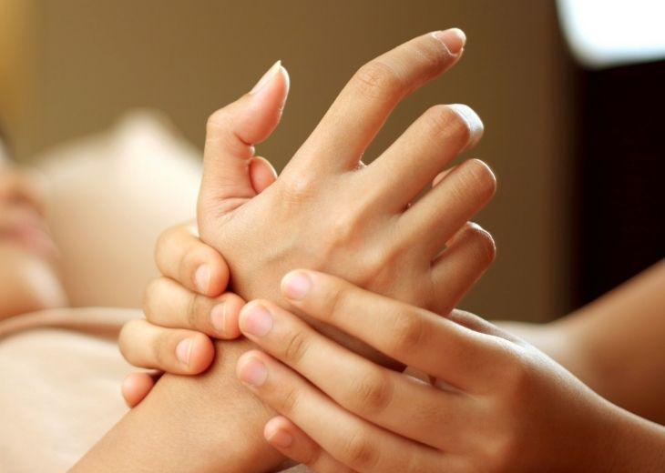 Tự bấm huyệt chữa tê tay