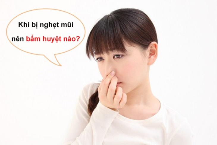 Khi bị nghẹt mũi bạn có thể bấm huyệt Nghênh Hương