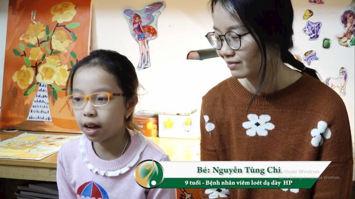 Hình ảnh bé Tùng Chi và mẹ trong buổi phỏng vấn chia sẻ