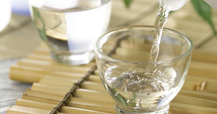 Người bị tổ đỉa nên uống nhiều nước