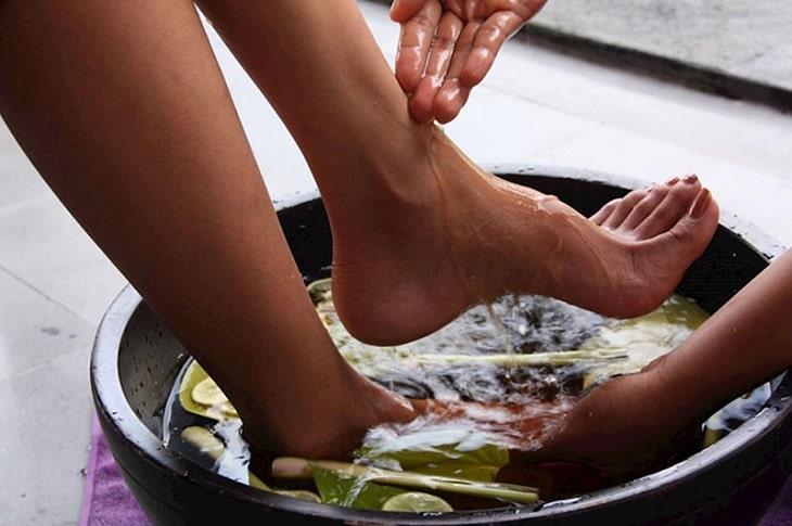 Người bệnh có thể ngâm rửa chân bằng các bài thuốc nam để giảm triệu chứng ngứa rát