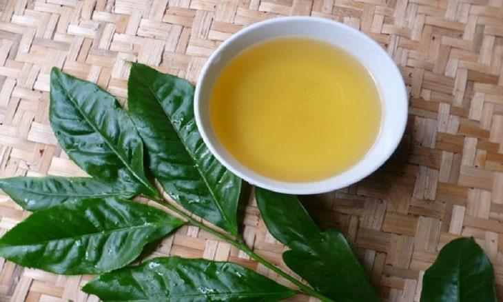 Cha mẹ có thể tắm cho bé bằng nước lá trà xanh để cải thiện triệu chứng bệnh