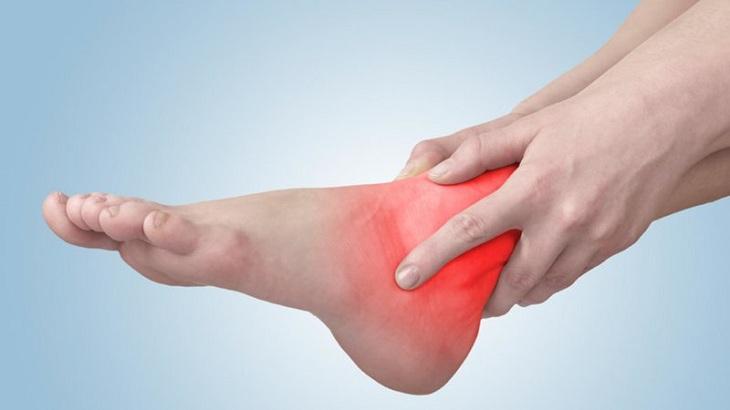 Chấn thương bong gân chân khiến người bệnh rất đau đớn