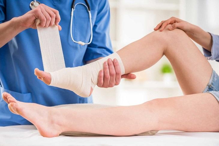 Ngay sau khi nghi ngờ bị bong gân, bạn nên đến bệnh viện để kiểm tra tình trạng chân