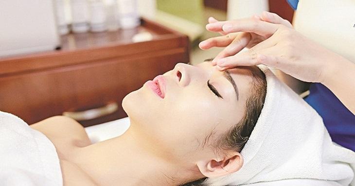 Bấm huyệt Ngư Yêu có tác dụng đào thải độc tố ở mắt