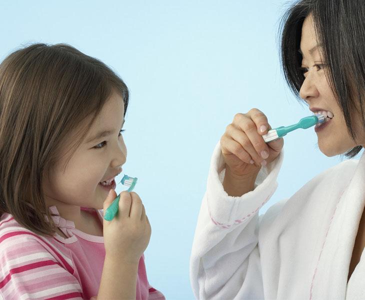 Cách đánh răng đúng cách giúp loại bỏ vi khuẩn gây hại trong khoang miệng