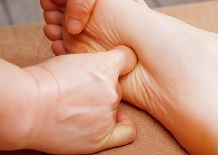 Day bấm huyệt là phương pháp đơn giản nhưng được áp dụng phổ biến nhất