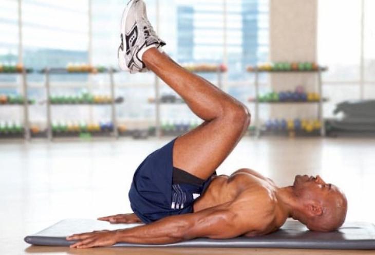 Gập bụng ngược là bài tập rất tốt để giảm mỡ bụng