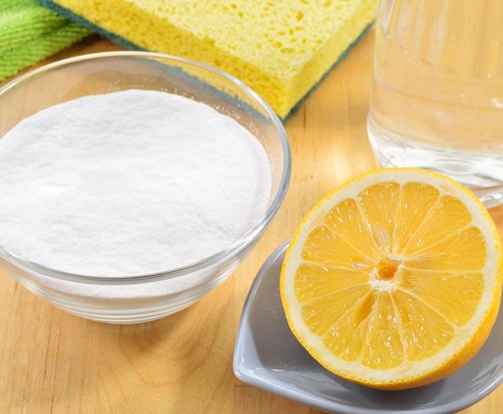 Cách làm trắng răng bằng bột baking soda và chanh tươi được nhiều người biết tới