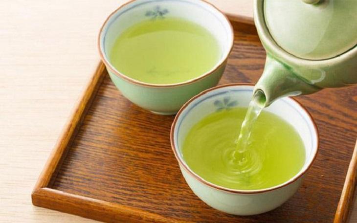 Trong nước chè xanh có chứa axit tanic, một loại axit có tác dụng khử độc cồn cấp tính