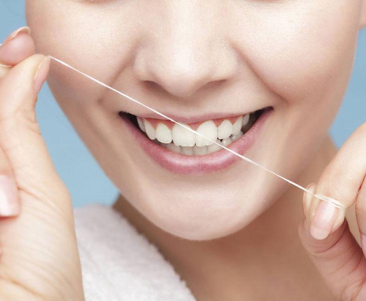 Chỉ nha khoa là dụng cụ giúp làm sạch các kẽ răng