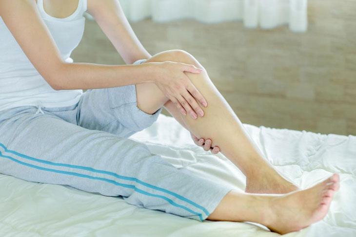 Người bệnh giữ nguyên tư thế trong thời gian dài cũng có thể khiến các cơ bị căng và co rút đột ngột