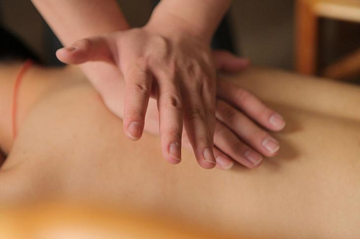 Massage, xoa bóp lên vùng cơ bị co rút giúp người bệnh bớt đau và cảm thấy thoải mái