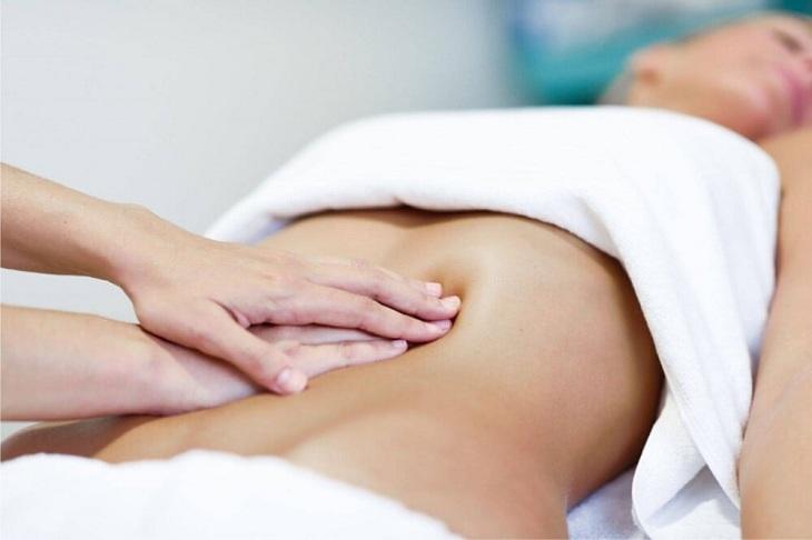 Massage vùng bụng giúp người bệnh thư giãn, giảm đau do chuột rút ở bụng