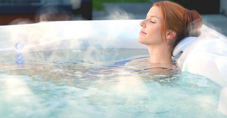 Sau khi bơi, bạn nên tắm bằng nước ấm để giúp cơ thể thư giãn