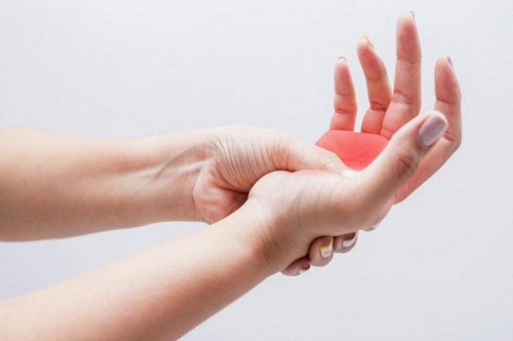 Chuột rút tay gây ra những cơn đau và cảm giác tê bì khó chịu