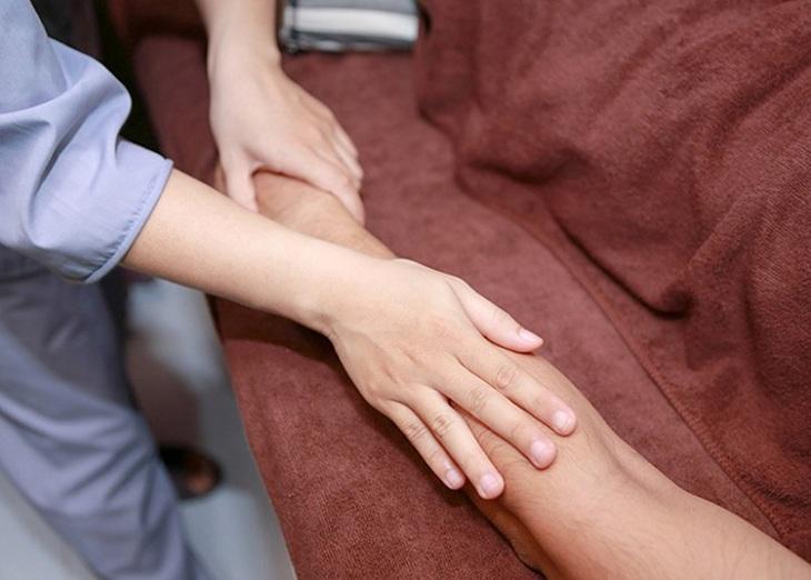 Massage nhẹ nhàng rất hiệu quả trong trường hợp bị chuột rút