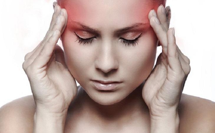 Khi bị đau thái dương không nên tự ý bấm huyệt mà phải đi khám bác sĩ