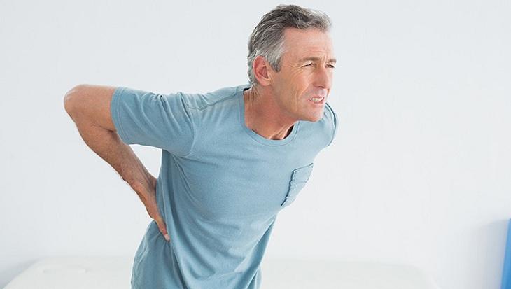 Người cao tuổi xương khớp yếu rất dễ bị đau 2 bên sườn sau lưng