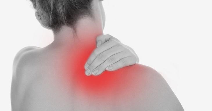 Đau cơ cổ bên phải khiến người bệnh khó chịu, mệt mỏi