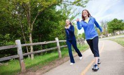 Đau lưng có nên đi bộ không? Nguyên tắc và lưu ý cần nắm rõ