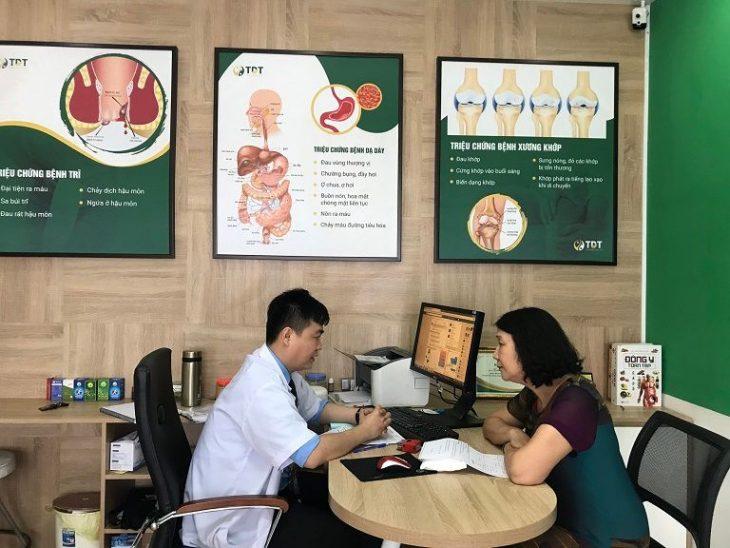 Bác sĩ Xuyên khi trao đổi với Giám đốc chuyên môn Thuốc dân tộc - Bác sĩ Tuyết Lan