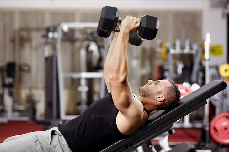 Tập tạ là bài gym đốt cháy mỡ bụng rất hiệu quả