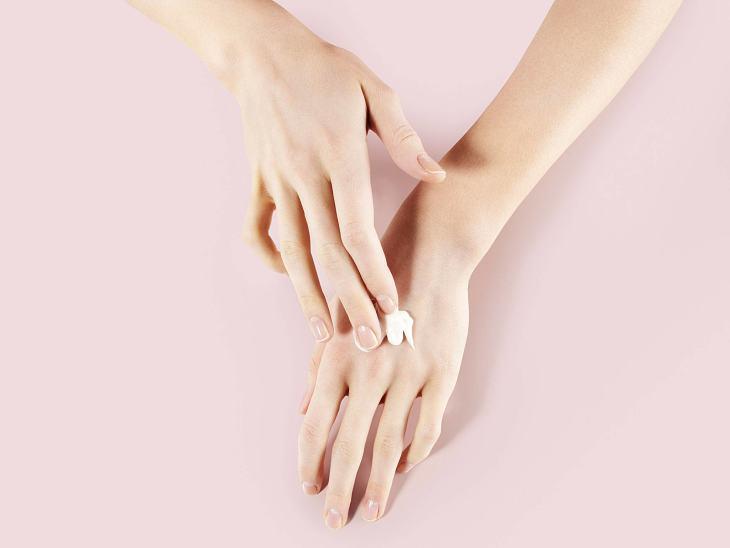 Bạn có thể sử dụng các loại kem dưỡng để cung cấp đủ độ ẩm cho da