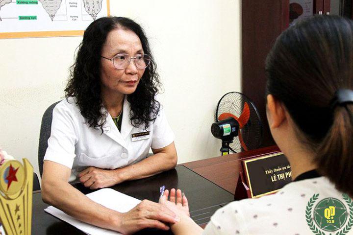 Bác sĩ Lê Phương là người trực tiếp thăm khám, điều trị