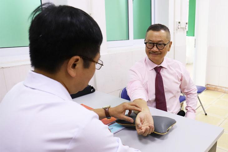 Bác sĩ trực tiếp khám và bắt mạch cho NS. Trần Đức